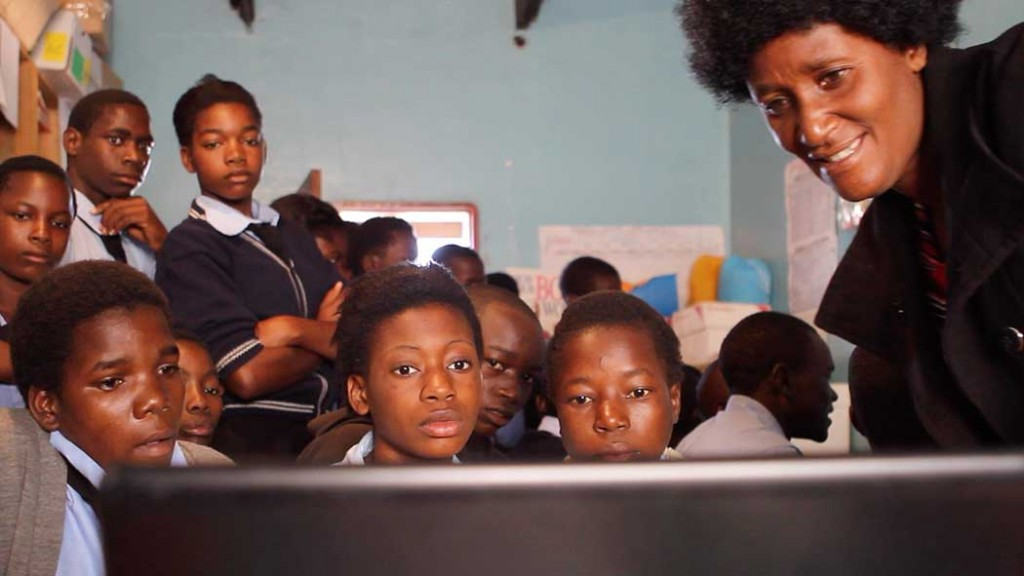 Mrs Siatwiko dispense son cours d'informatique sur son ordi portable perso